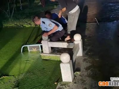 惊险!事发曹县,一老人连人带车跌入河沟,危急时刻···